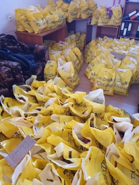 Стотици хора в нужда получиха пакети с храна в Хисаря, дарителите са многобройни