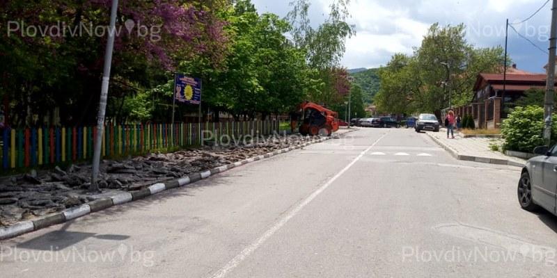 Ремонтират тротоарите по централната улица в Перущица