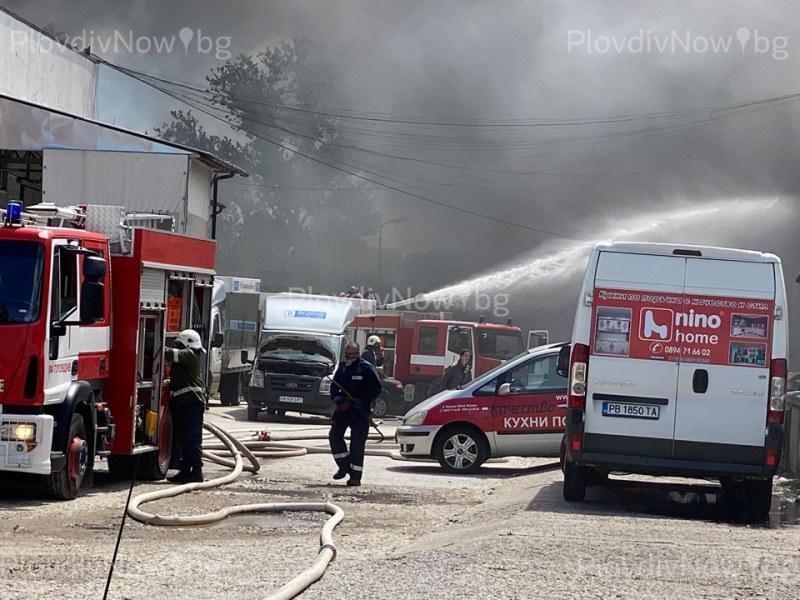 Пожарът обхвана 8 халета, идват още пожарни