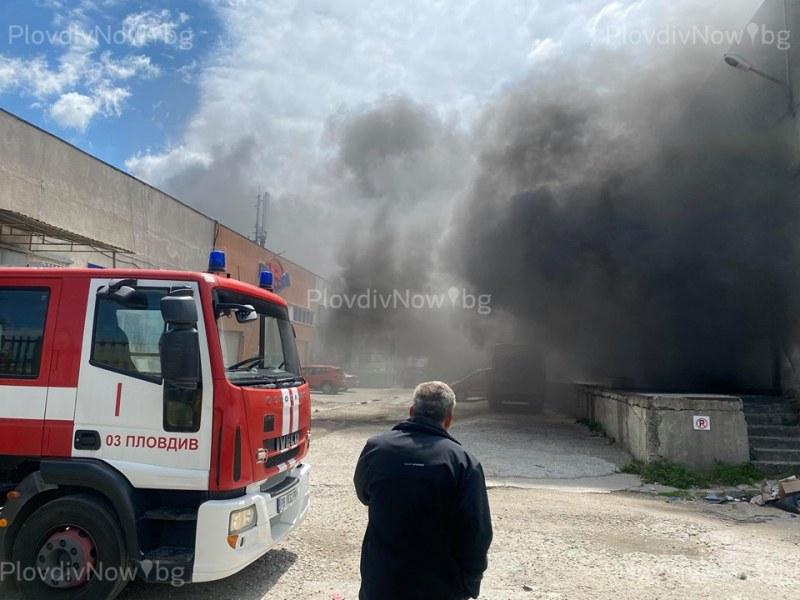 Пожарникари ще дежурят цяла нощ на мястото на големият пожар в Пловдив