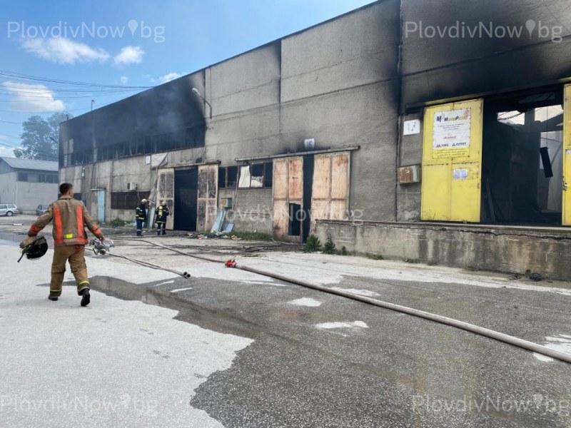 Все още тлее жестокият пожар в Пловдив, срути се покривът на единият от складовете