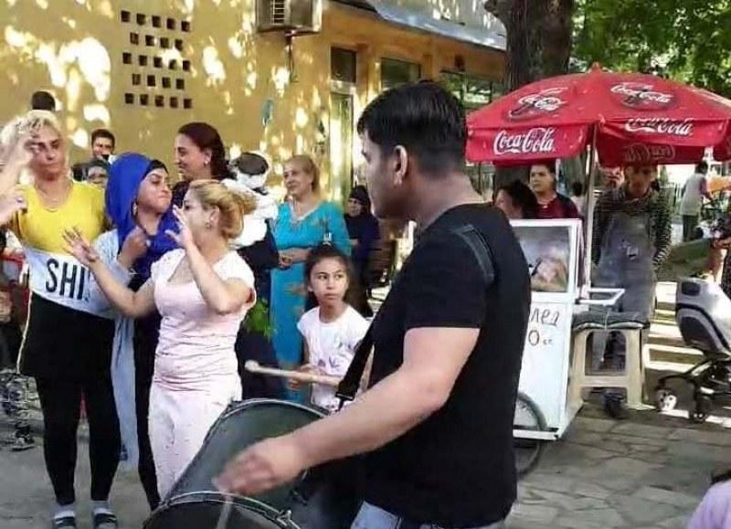 """Втора шумна сватба за три дни в """"Столипиново"""", сватбари без маски тресат кючеци"""