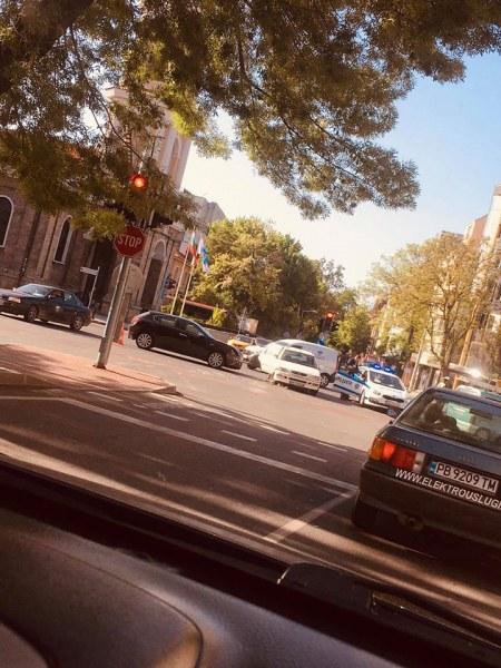 Катастрофа на централно кръстовище в Пловдив! Две коли се удариха