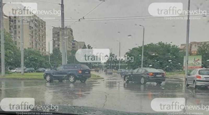 Катастрофа в Тракия! Кола и джип се удариха на кръгово