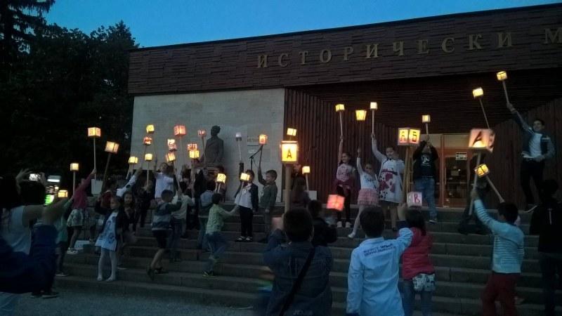 За 24 май: Деца пращат светлинки към небето над Перущица
