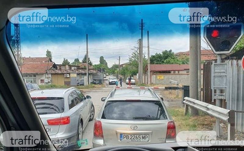 Кола премина през спуснати бариери на пловдивски прелез, жена спаси водача