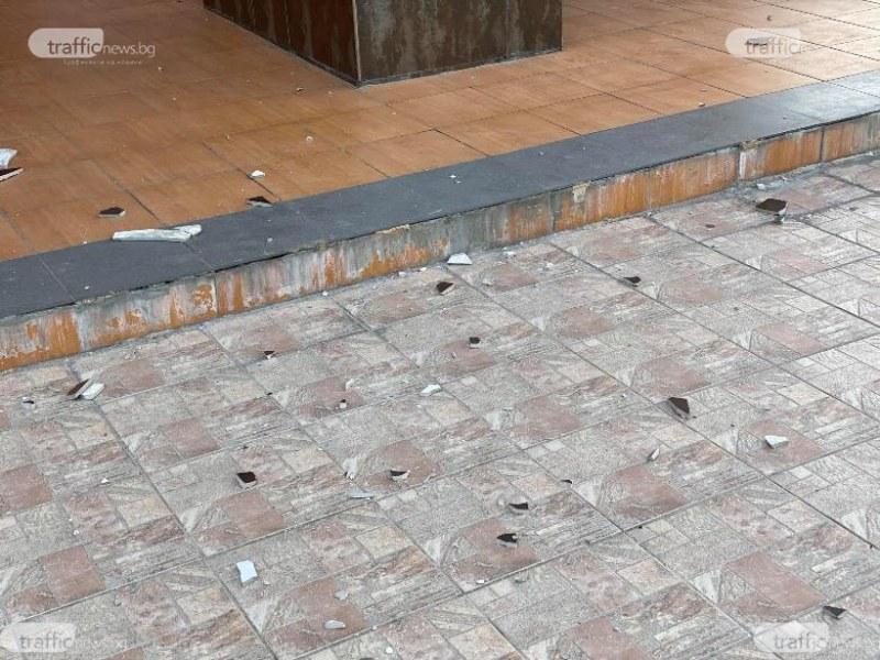 Плочки падат от сградата на кметството в Тракия, заградиха го