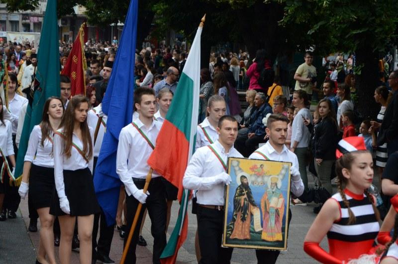 Църковна служба, поднасяне на венци и онлайн концерт за 24 май в Пловдив