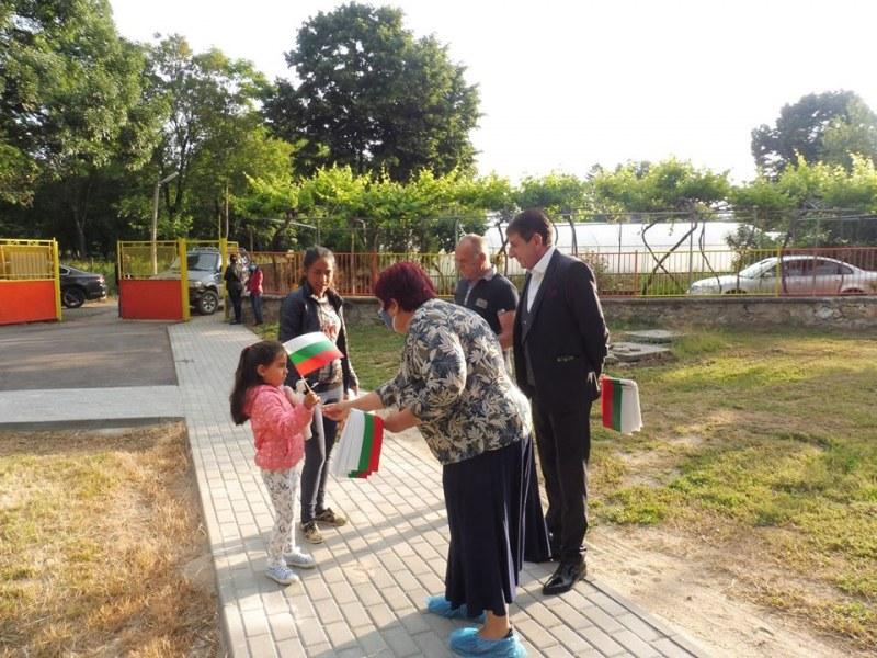 Малчуганите в Ново село се върнаха в ремонтирана градина, посрещнаха ги със знамена