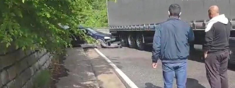 Катастрофа край Асеновград! Кола се заби в тир