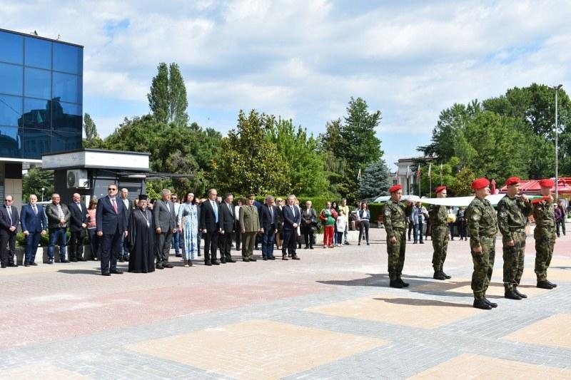 Асеновградчани развяха трибагреници за празника и отличиха почетни граждани