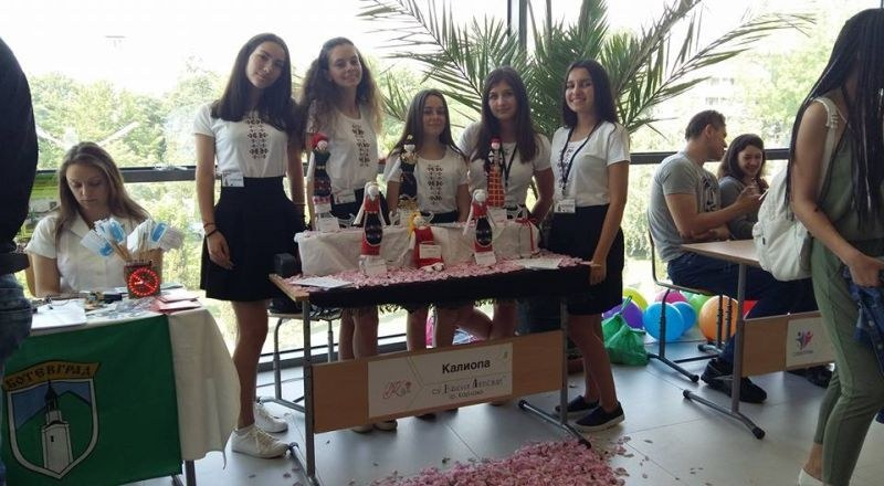 Ученички от Карлово изработват уникални шоколадови бонбони със сладко от рози