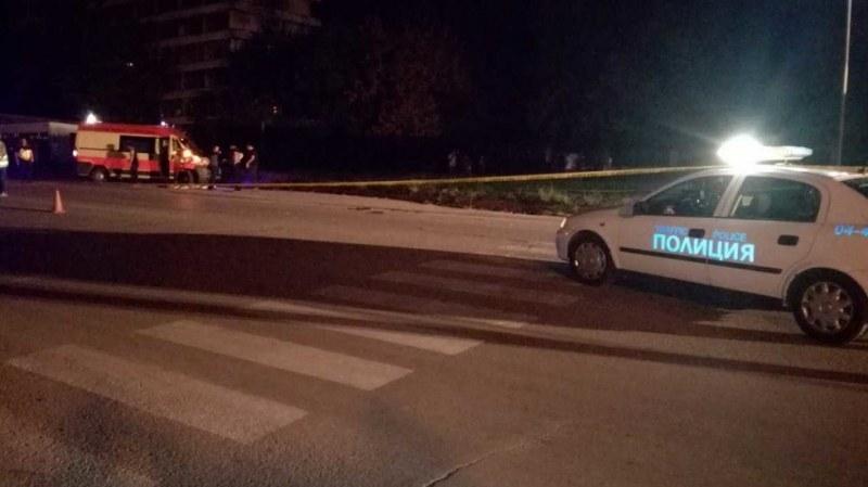 Кола удари млада жена на пешеходна пътека