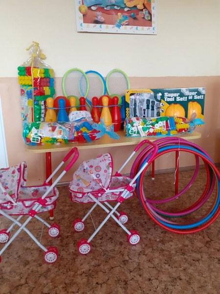 Подаръци изненадаха децата в Стамболийски за празника