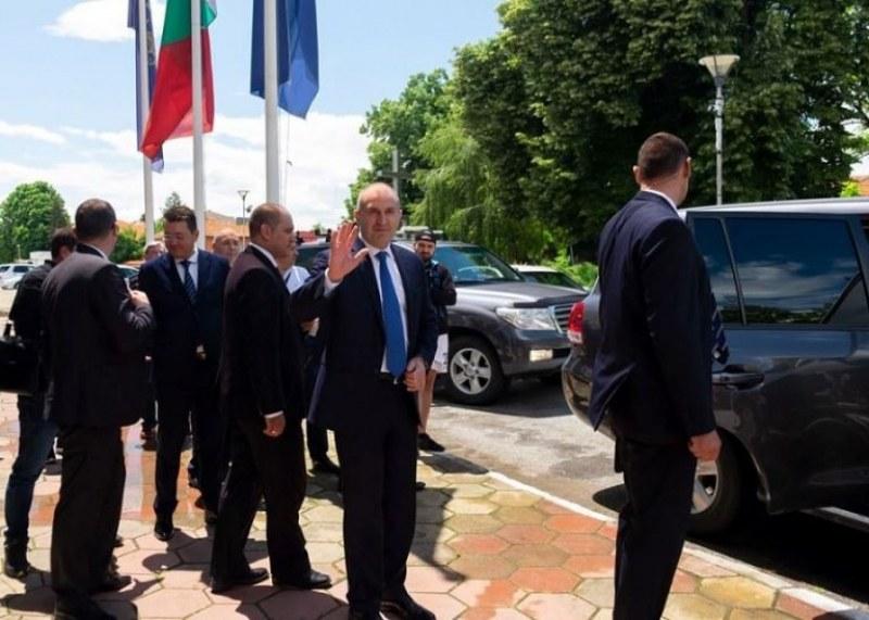 Президентът гостува днес и в Калояново, посрещнаха го по стар български обичай