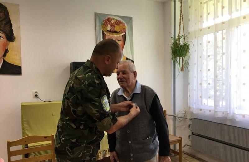 95-годишният дядо Ангел, ветеран от войната, получи юбилеен медал