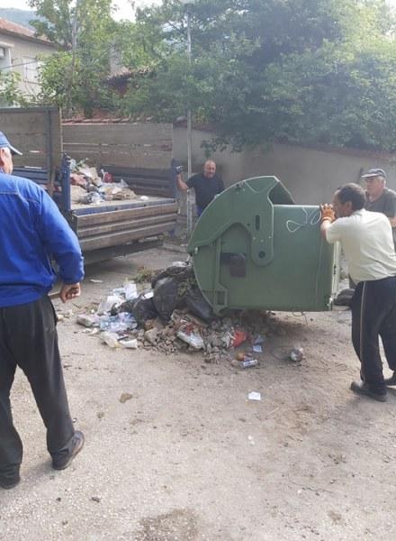 Карловци изхвърлят строителни отпадъци в битови контейнери, Общината чисти след тях