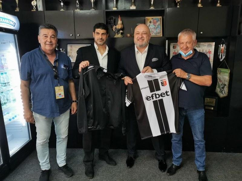 Крушарски подари черно-бял екип на спортния министър Красен Кралев