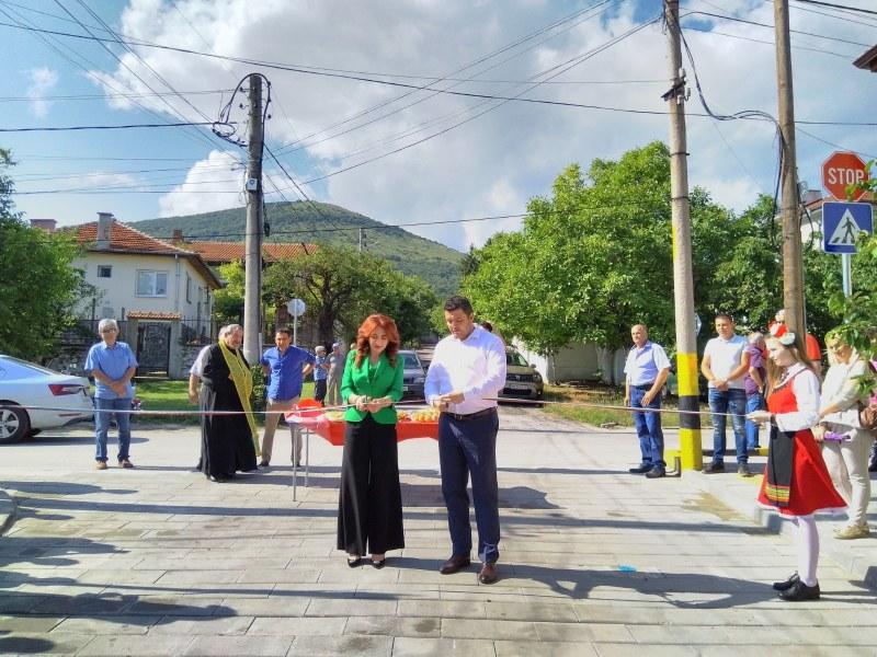 Преобразена е 300 м улица в Марково, официално прерязаха лентата