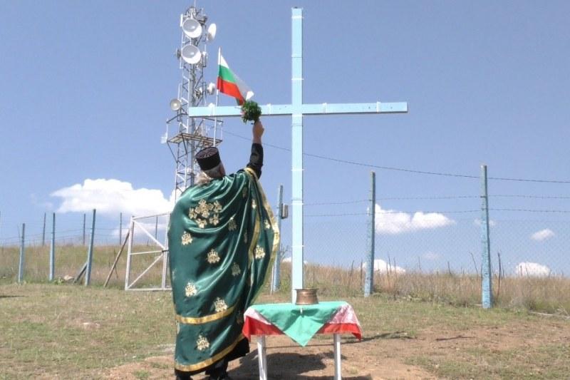 Кръст се извисява и бди над карловското село Дъбене