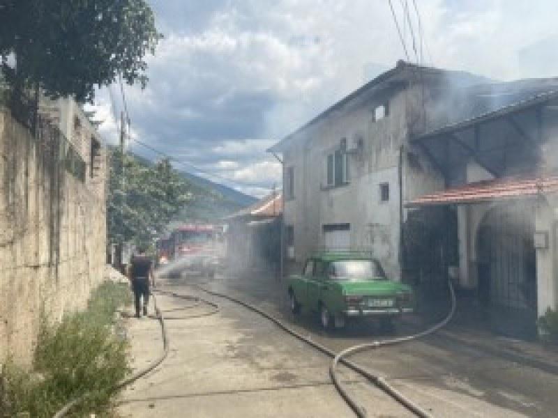Триетажна къща се запали край Сопот