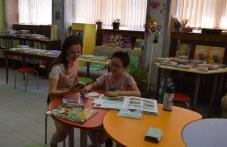 9-годишно момче от Китай чете книги на български в библиотеката в Асеновград