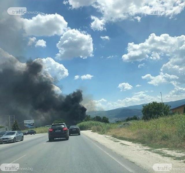 Голям пожар избухна край Околовръстното на Пловдив, запали се автоморга
