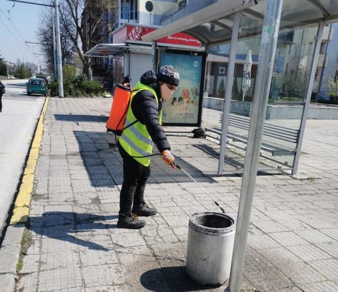 Продължава всекидневната дезинфекция на автобусните спирки в Пловдив, чистят и съдовете за смет
