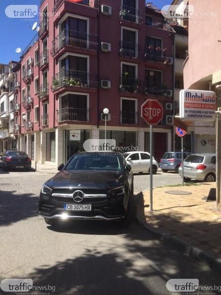 Шофьорка превзе цяло кръстовище в Пловдив,за да паркира удобно