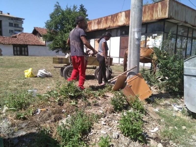 Снимки на незаконно изхвърлени боклуци в Карлово обиколиха социалните мрежи