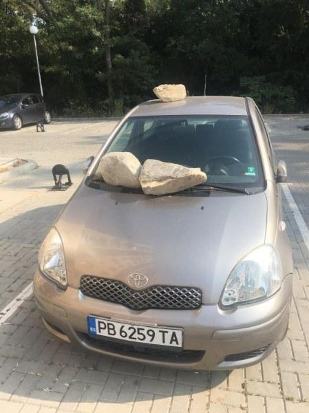 Война за паркоместа в Кючука! Затрупаха кола с огромни камъни