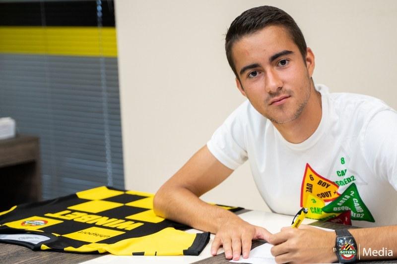 Ботев подписа първи професионален договор с юноша, минал през испански школи