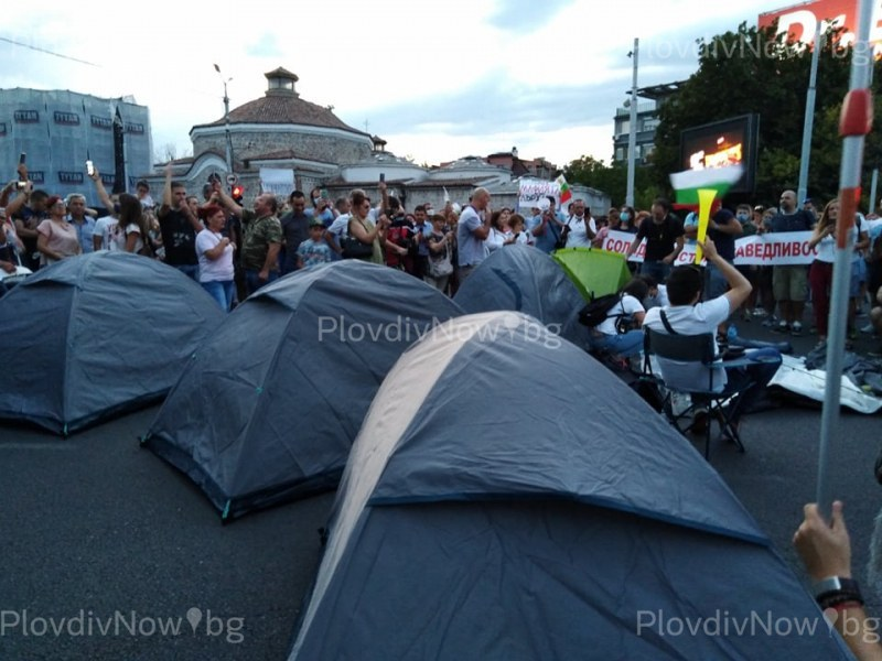 Кампания на протестиращи в Пловдив събира пари за глобите от палатковия лагер