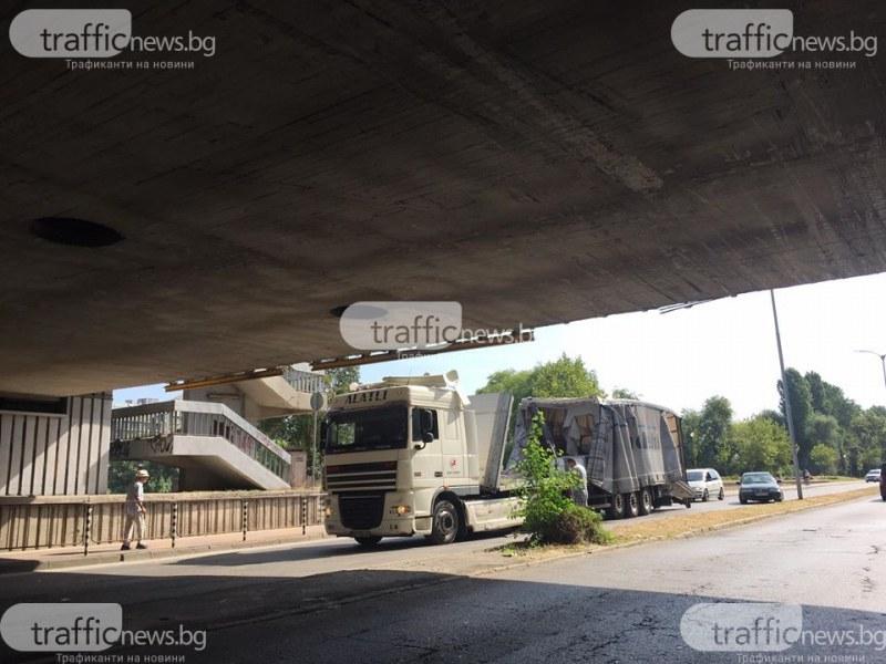 Катастрофа в Пловдив! Камион се вряза в мост