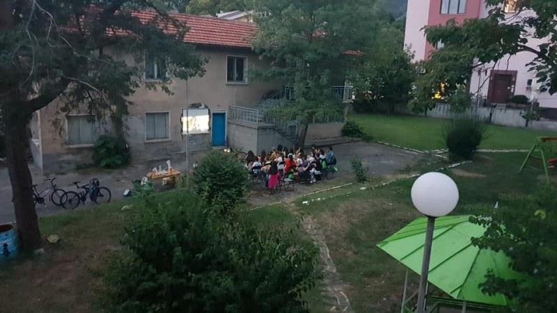 Доброволци от Карлово боядисваха, садиха цветя и гледаха филм в деня на младежта