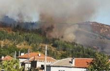 Пет екипа огнеборци гасят в Първомайско, пламъците приближават къщите