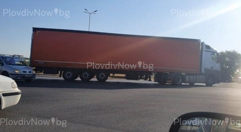 Катастрофа затруднява движението в Пловдив! ТИР и кола се удариха
