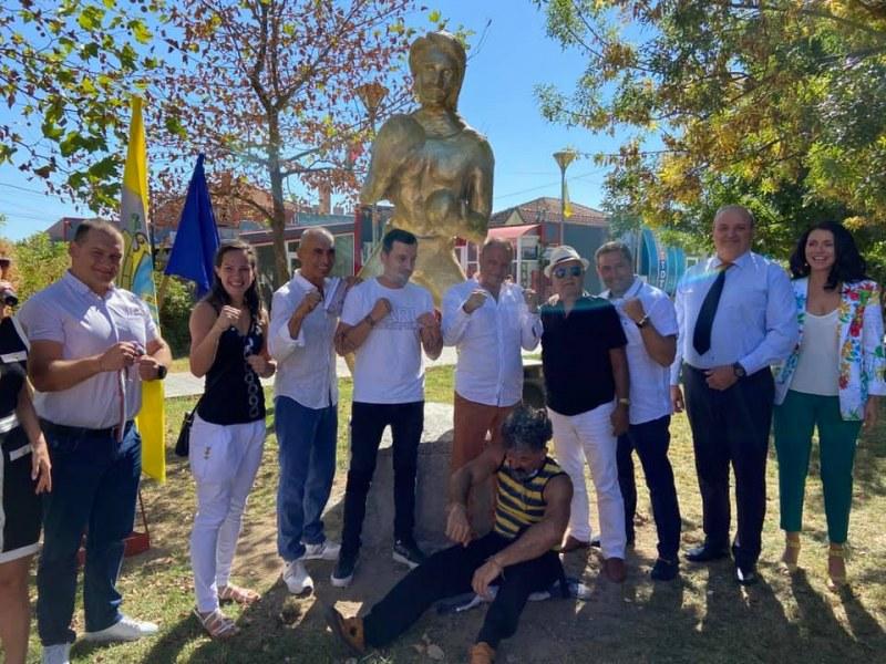 Навръх 60-годишнината на боксьора Петър Лесов - триметрова скулптура се извиси в Раковски