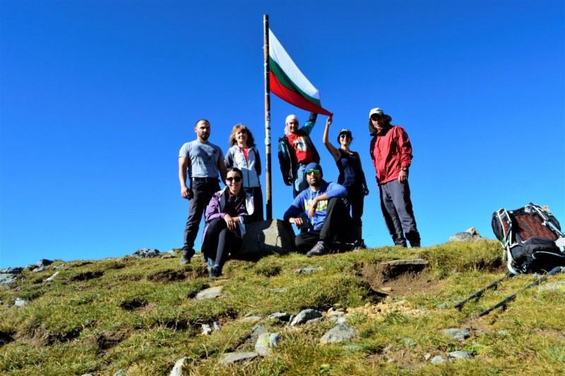 Родолюбци от Асеновград развяха нови български знамена по върхове в Рила