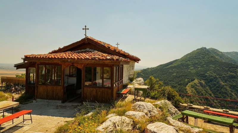 Ремонтират параклис над Асеновград, търсят доброволци за пренасяне на керемиди