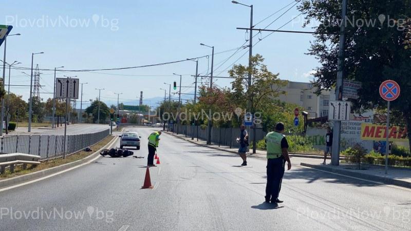 Кола помете моторист в Пловдив, човекът е в болница