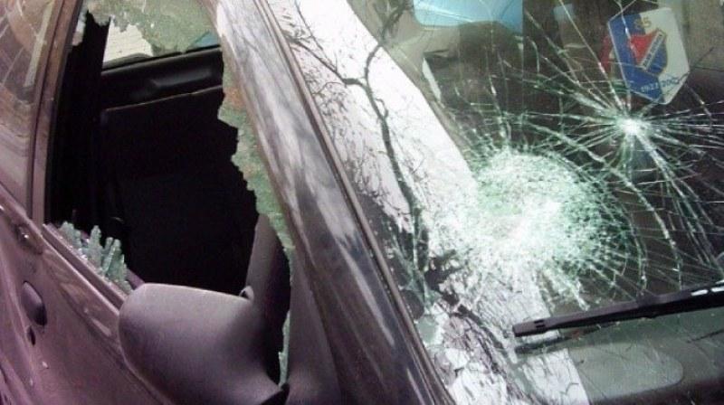 В Асеновград: Млада жена паркира колата пред дома си и я намери с потрошени стъкла