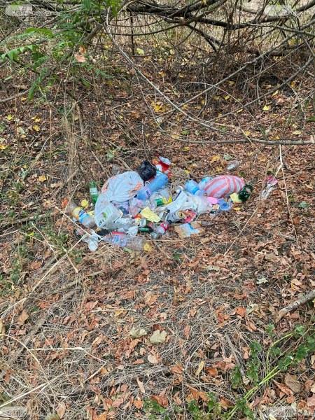 Пълни чували и разпилени боклуци са покрили страничните алеи и пътека на Лаута