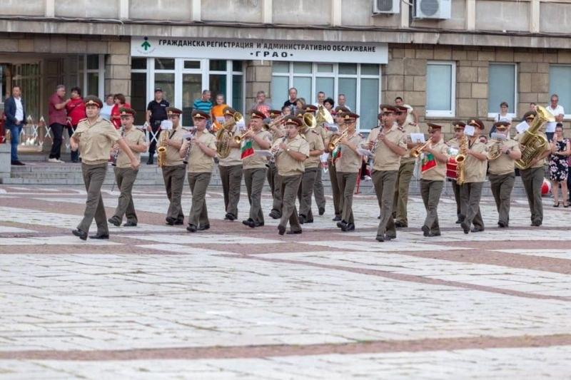 Военният духов оркестър ще подари концерт на карловци
