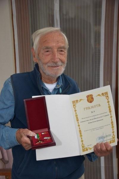 Още един столетник в Асеновград! Дядо Петър слуша музика в памет на любимата си