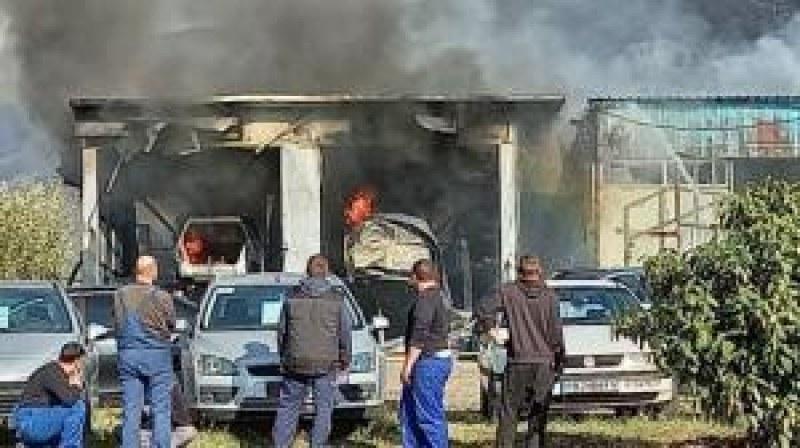 Пожар пламна в автосервиз край Карлово