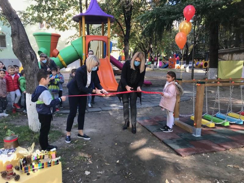 """Чисто нова класна стая на открито в ДГ """"Малкият принц"""" в Пловдив, проведе се и първият урок"""
