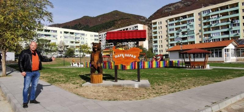 Новият парк в Сопот става все по-красив, появиха чешма и къщичка за книги