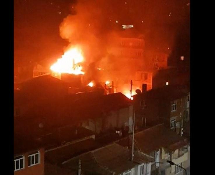Голям пожар в Столипиново! Огънят обхванал поне 5 къщи