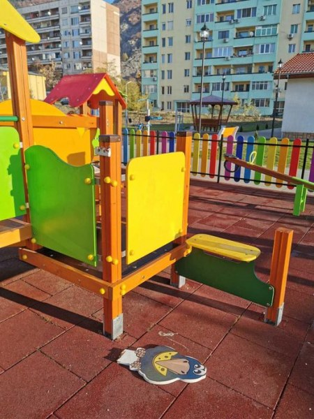 Новият парк в Сопот, красив и уютен, вече стана жертва на вандали